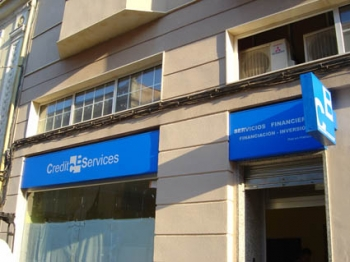 Letrero y banderola luminoso encajado en fachada
