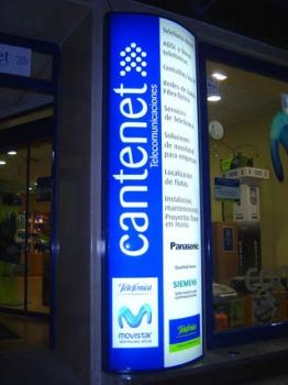 Letrero curvado luminoso junto entrada establecimiento