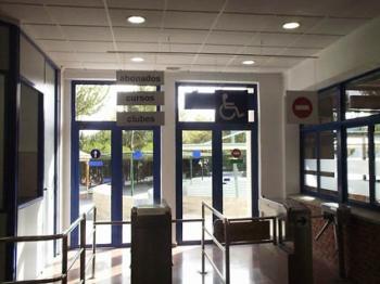 Placas identificativas  de accesos en PVC espumado y aluminio sandwich suspendidas del techo