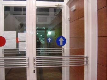 Señalización entradas / salidas con vinilo corte en puertas cristal